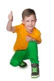 Chłopiec trzyma jego kciuk up fotografia stock