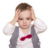 Chłopiec trzyma jego w w kratkę łęku krawacie i kostiumu wręcza beh Zdjęcia Stock