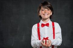 Chłopiec trzyma małego prezenta pudełko fotografia stock