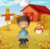 Chłopiec trzyma pustą jajeczną tacę przy gospodarstwem rolnym z strach na wróble Obraz Stock