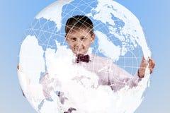 Chłopiec trzyma wielką półprzezroczystą kulę ziemską Obrazy Stock