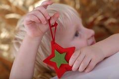 chłopiec trzymający ornamentu gwiazda Obrazy Royalty Free