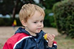 chłopiec trzymający przekąski young Obrazy Royalty Free