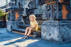 Chłopiec turysta na tle Tanah udział - świątynia w oceanie fotografia royalty free