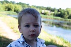 Chłopiec twarzy wyrażeniowy jeziorny widok Obrazy Stock