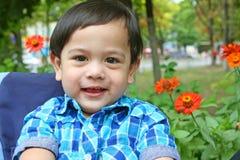 Chłopiec uśmiech w parku przy latem Fotografia Royalty Free