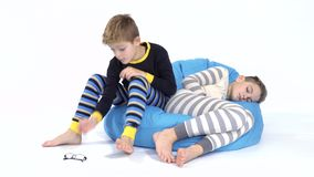 Chłopiec uśpiona na bobowej torbie blisko sypialnego brata zbiory