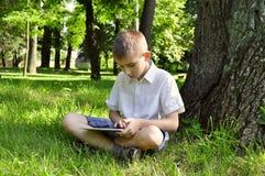 Chłopiec używać pastylka komputer osobisty Obraz Stock