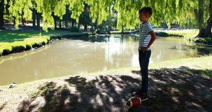 Chłopiec używa astma inhalator w parku zbiory