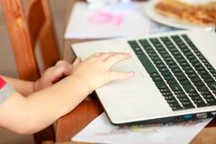 Chłopiec używa laptop bawić się gry Obrazy Stock