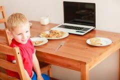 Chłopiec używa laptop bawić się gry Zdjęcie Royalty Free