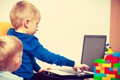 Chłopiec używa laptop bawić się gry Obraz Royalty Free