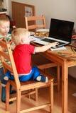 Chłopiec używa laptop bawić się gry Fotografia Stock