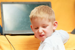 Chłopiec używa laptop bawić się gry Obraz Stock