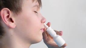 Chłopiec używa nosową kiść i ono uśmiecha się zbiory wideo