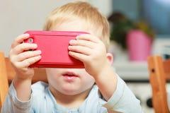 Chłopiec używa smartphone bawić się gry Fotografia Stock