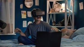 Chłopiec używa VR laptop na łóżku i szkła obrazy royalty free