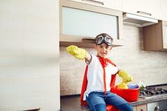 Chłopiec ubierał jako bohater w kuchni zdjęcia royalty free