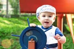 Chłopiec ubierał up jako żeglarz trzyma kierownicę obrazy stock