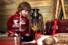 Chłopiec ubierał w pulowerze z bożych narodzeń deseniowy pozować przy ca Obraz Stock