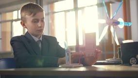Chłopiec uczenie jak siła wiatru może zostać zasilaniem elektrycznym zbiory