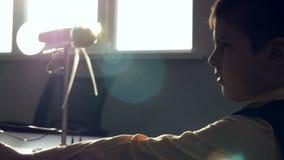 Chłopiec uczenie, koncentrował jak silnik wiatrowy pracuje zdjęcie wideo