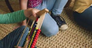 Chłopiec uczenie matematyka na abakusie 4k w domu zbiory