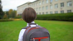 Chłopiec uczniowski uczeń z plecakiem iść szkoła outdoors, stopnia uczeń, szkoła podstawowa, pierwszy równiarka zdjęcie wideo