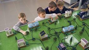Chłopiec uczy się jak elektryczność dostarcza domy zdjęcie wideo