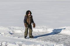 Chłopiec uczy się jeździć na łyżwach obraz stock