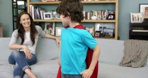 Chłopiec udaje być bohaterem podczas gdy jego matka siedzi zbiory