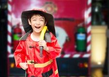 Chłopiec udaje jako pożarniczy wojownik Obrazy Royalty Free