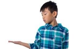 Chłopiec udaje trzymać niewidzialnego przedmiot Zdjęcie Royalty Free