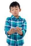 Chłopiec udaje trzymać niewidzialnego przedmiot Fotografia Stock