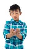 Chłopiec udaje trzymać niewidzialnego przedmiot Obrazy Royalty Free