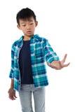 Chłopiec udaje trzymać niewidzialnego przedmiot Zdjęcia Royalty Free