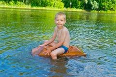 Chłopiec unosi się na rzece Fotografia Stock