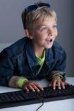 Chłopiec utrzymanie w wirtualnym świacie Fotografia Royalty Free