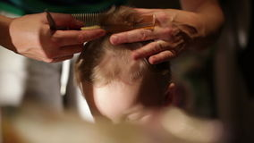 Chłopiec włosy ono ciie. zdjęcie wideo