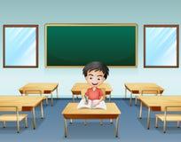 Chłopiec wśrodku sala lekcyjnej z pustą deską przy plecy Obraz Royalty Free