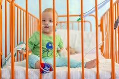 Chłopiec w łóżku szpitalnym fotografia stock