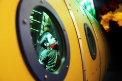chłopiec w żółtej łodzi podwodnej fotografia stock