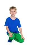 Chłopiec w błękitnej koszula siedzi zdjęcia royalty free