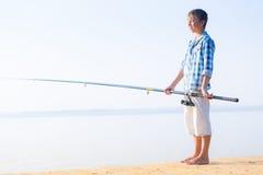 Chłopiec w błękitnej koszulowej pozyci na kulebiaku Fotografia Stock