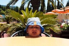 Chłopiec w błękitnym Panama w upale zdjęcie royalty free