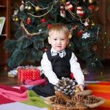 Chłopiec w Bożenarodzeniowych dekoracjach Zdjęcia Royalty Free