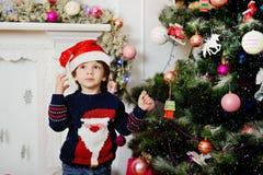 Chłopiec w Bożenarodzeniowym kapeluszu na tle fotografia royalty free