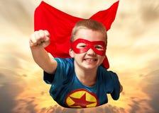 Chłopiec w bohatera kostiumu strażniku planety i przedstawienia super zdolność obrazy stock