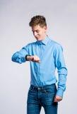 Chłopiec w cajgach i koszulce, młody człowiek, studio strzał Obrazy Stock