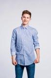 Chłopiec w cajgach i koszulce, młody człowiek, studio strzał Zdjęcie Stock
